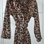 Bademantel im Leoparden-Look