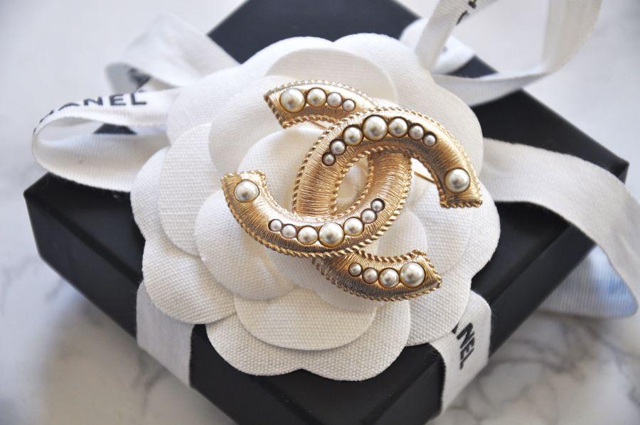 Chanel Brosche mit Perlen